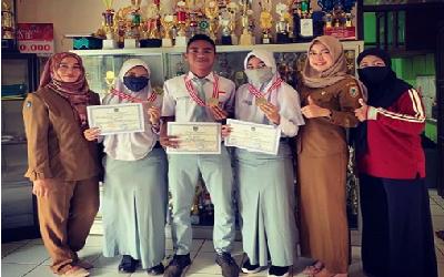 Penyerahan Piagam penghargaan dan Medali  OSN Tingkat Kabupaten